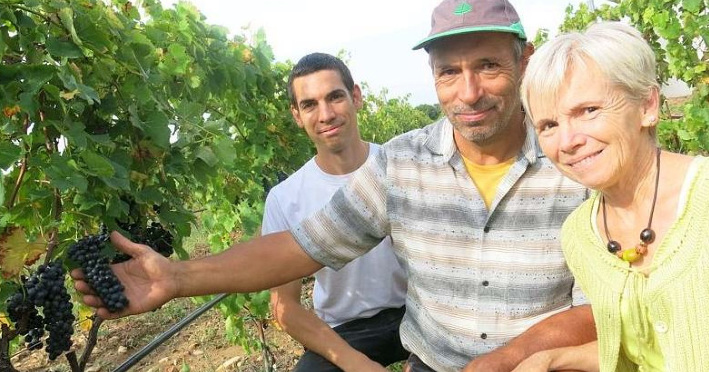 Domaine Julien_dEmbisque_the Gaide familly in the vineyard